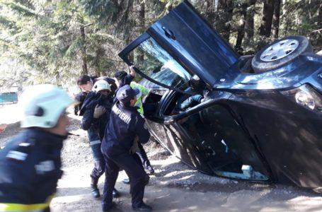 Mașină cu 4 persoane, răsturnată la Mănăstirea Agapia