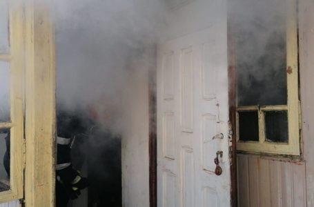 ACUM Incendiu la o casă din Piatra-Neamț. O femeie a decedat. (foto)