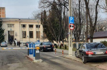 Tupeu de avocat-consilier județean din Neamț! Pacare pe trotuarul din fața Judecătoriei!