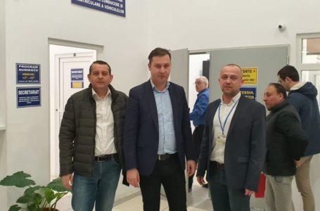 Prefectul George Lazăr, printre oamenii de la Serviciile de Pașapoarte și Înmatriculări