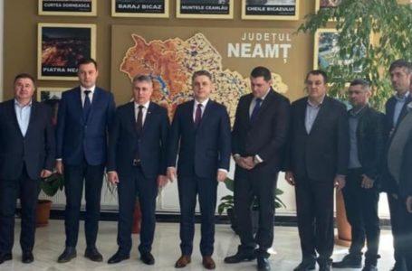 Primarul PSD din Tarcău, Iulian Găină, explică poza alături de ministrul Transporturilor și de președintele PNL Neamț