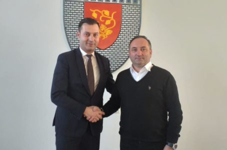 Prefectul George Lazăr, strângere amicală de mână cu primarul Harpa și întâlnire cu aleșii din Târgu Neamț