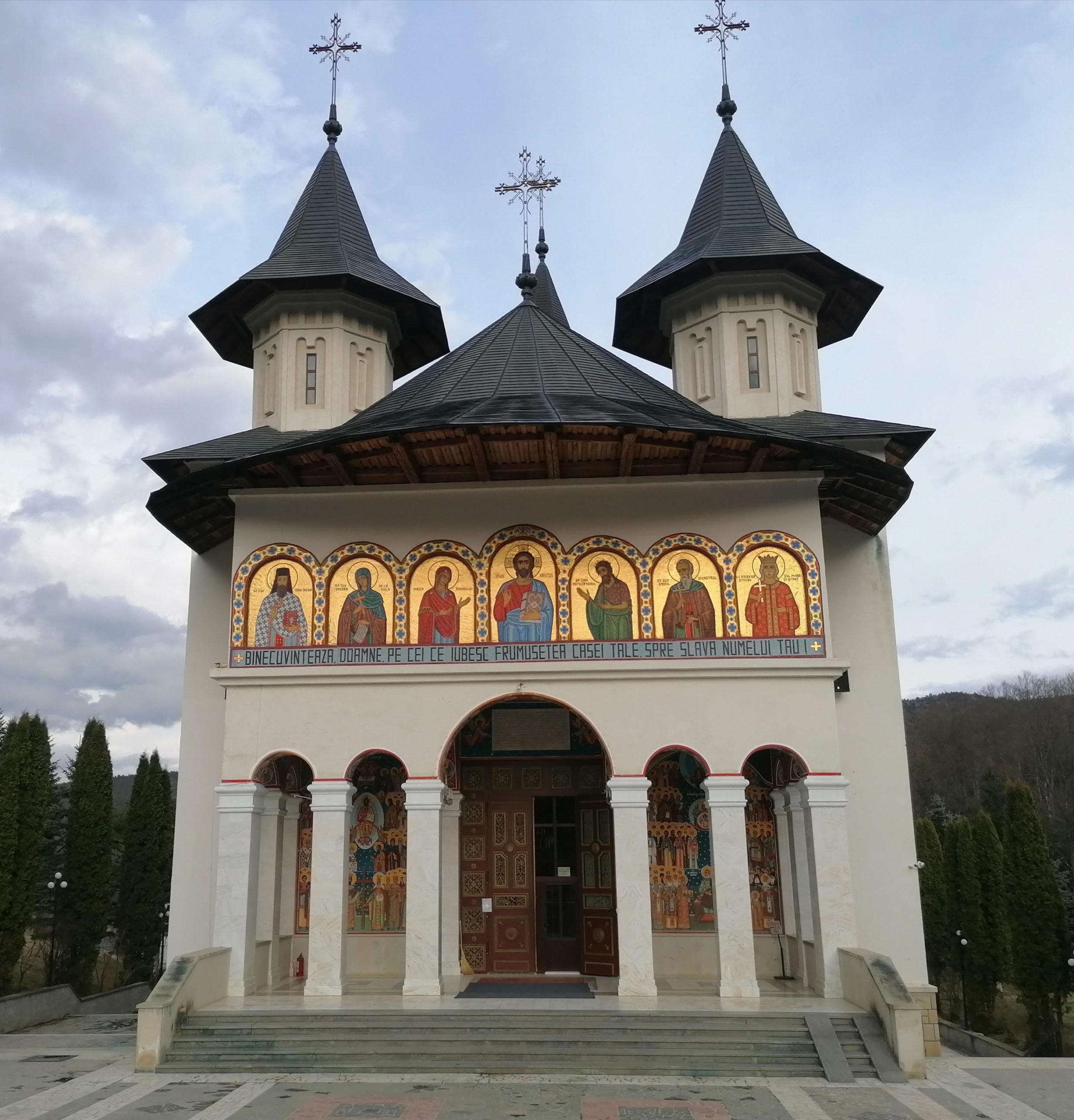 Slujbele din bisericile din Neamț, cu acces restricționat pentru enoriași