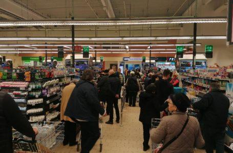 Starea de Urgență declanșează nebunia în magazinele din Neamț! Rafturi golite de apă, ulei, conserve și … hârtie igienică!