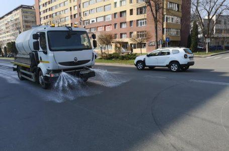 A reînceput spălarea și dezinfectarea străzilor din municipiului Piatra-Neamț! Iată programul pe cartiere!