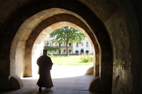 Scandal sexual la Mănăstirea Neamţ! Călugăr acuzat că a intrat peste un bărbat în carantină!