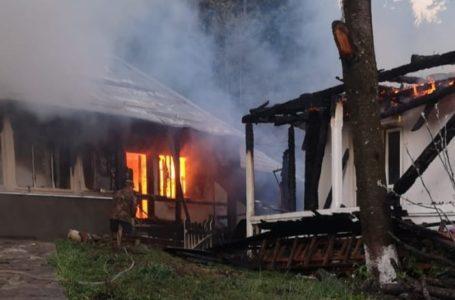 Prăpăd de foc la Mănăstirea Agapia! Chilii făcute scrum de un incendiu!