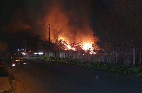 Gospodărie făcută scrum la Țibucani! Casa, anexele și bunurile – distruse de incendiu!