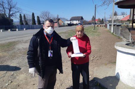 """Un poștaș din Neamț oferă pensionarilor măști gratuite! """"Mi se rupe inima, sunt disperați!"""""""