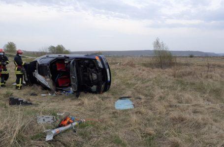 Mașină răsturnată pe câmp, într-o comună din Neamț