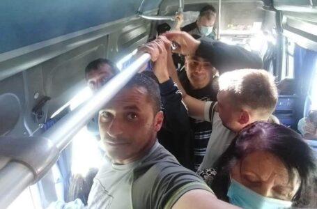 Distanțare socială în microbuzul care merge între Piatra Neamț și Piatra Șoimului