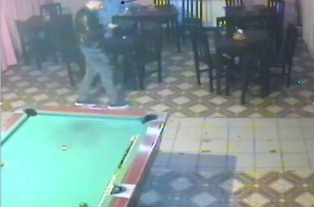 Hoț care a furat dintr-un bar, căutat de polițiștiI din Piatra-Neamț (foto)