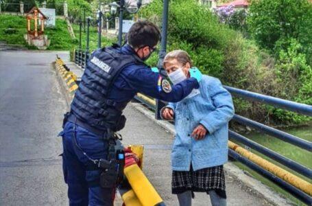 Bătrână surprinsă de jandarmi pe podul de la Căprioara – Piatra Neamț (foto)
