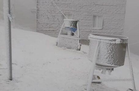 Pe Ceahlău ninge iar stratul de zăpadă are câțiva centimetri (foto/video)