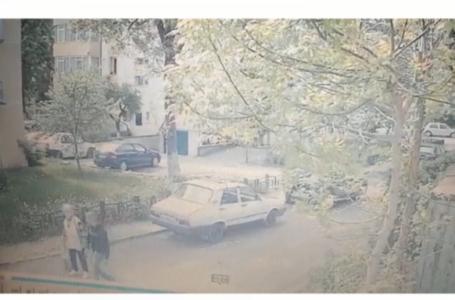 VIDEO – Tâlhărie violentă în Piatra-Neamț! Bătrână cu un copil, puși la pământ de un individ!