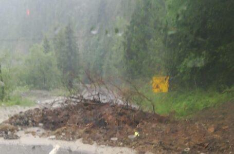 Primele probleme în Neamț din cauza furtunii! Drumul național DN 17B, blocat la Borca de aluviuni!