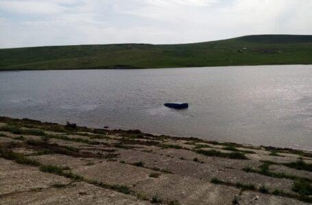 Un bărbat a murit după ce a căzut cu mașina într-un iaz la Podoleni