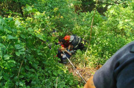 Bătrân salvat de pompieri dintr-o râpă din Piatra-Neamț