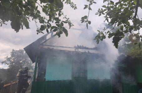 Tragedie în Neamț! Un bebeluș de 5 luni a murit într-un incendiu! Frații săi au fost salvați de mamă!