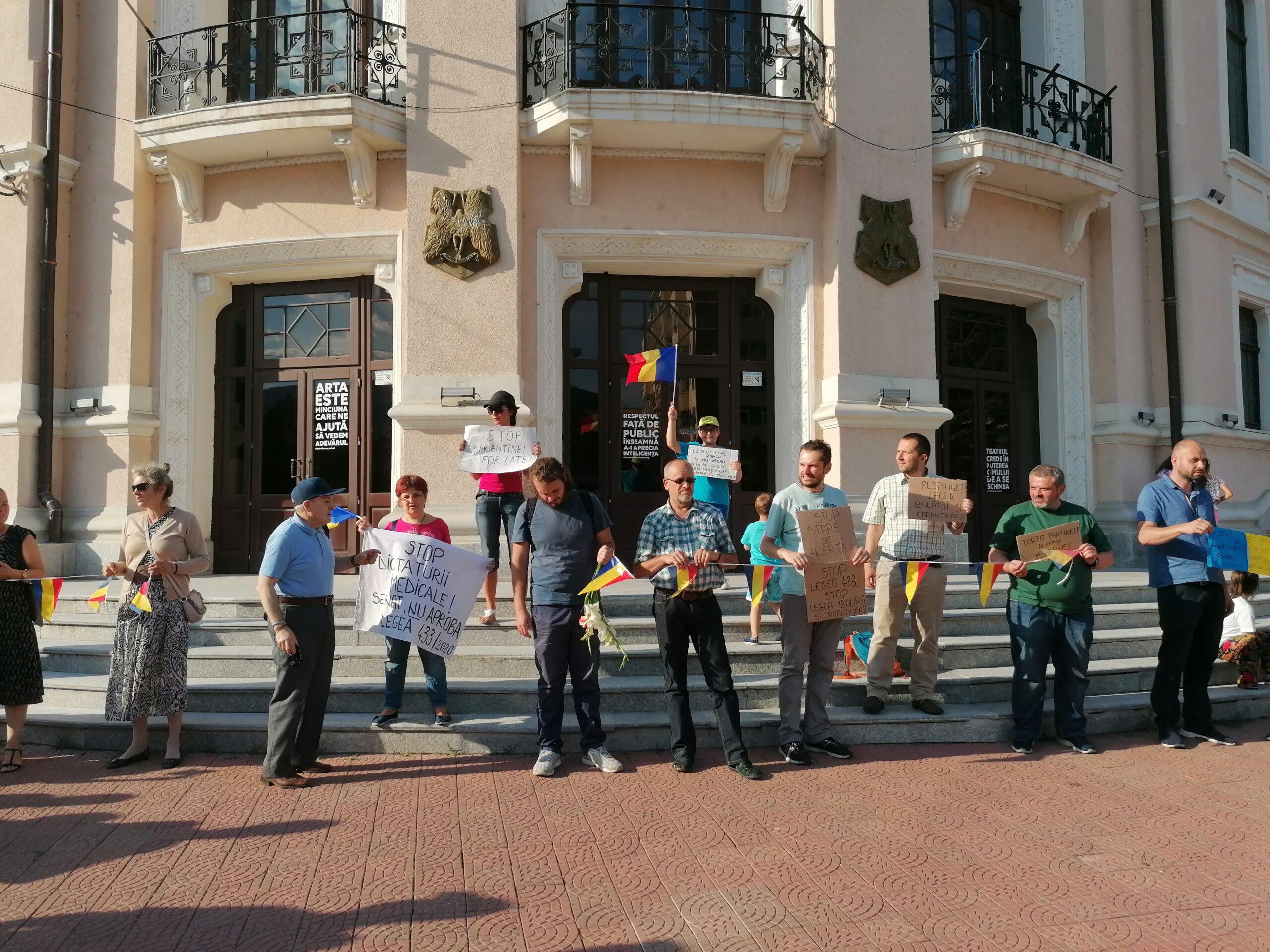 """Protest timid dar """"spontan"""" la Piatra-Neamț împotriva legii carantinării și autoizolării! (video și foto-galerie)"""