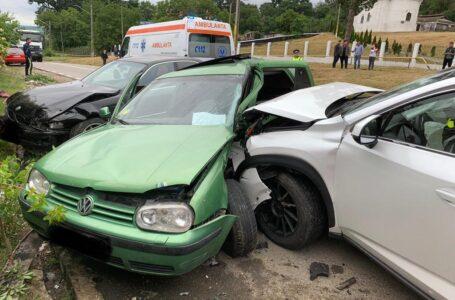 Trei autoturisme implicate într-un accident la Dulcești! Două persoane au rămas încarcerate!
