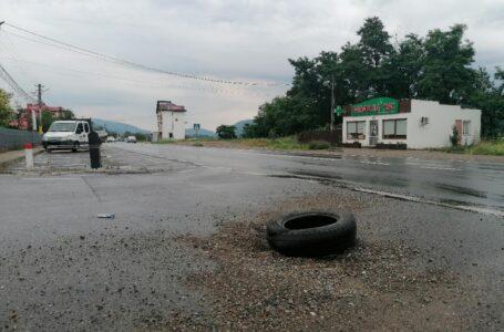 """Fapte, nu vorbe la CJ Neamț! Groapă în drumul județean care urcă spre Bisericani, """"asfaltată"""" cu … un cauciuc!"""
