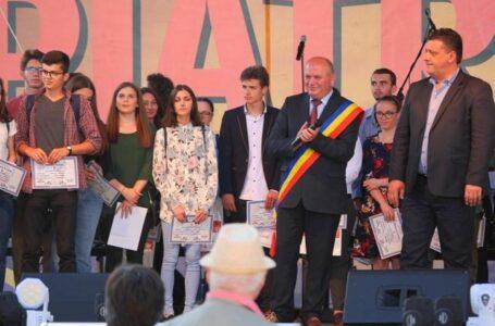Cuplurile de aur și elevii de 10 la BAC și Testele Naționale, premiați de Primăria Piatra-Neamț