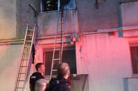 Date noi despre incendiul de vineri seara dintr-un bloc din Piatra-Neamț. Zeci de oameni, evacuați!