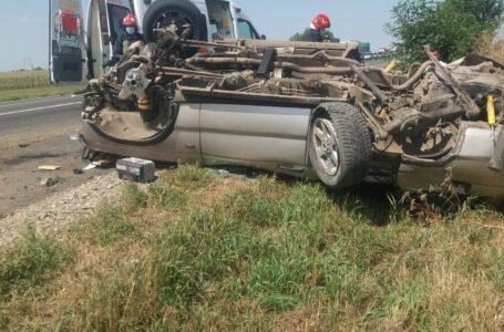 Accident cu 2 victime la Săbăoani. O mașină s-a răsturnat.