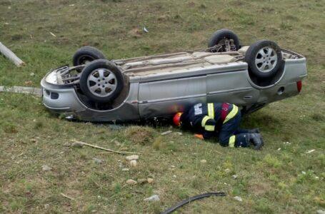 Doi răniți după ce o mașină s-a răsturnat la Târpești