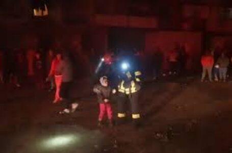 Incendiu provocat în miezul nopții la un bloc din Piatra-Neamț! Oameni panicați și evacuați!