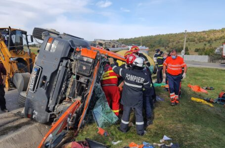 O betonieră plină s-a răsturnat la Tazlău iar șoferul a rămas încarcerat