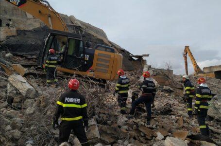 ACUM la Săvinești – Acțiune de salvare a unui bărbat peste care s-a surpat un zid