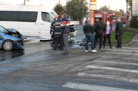 Accident rutier între un microbuz de transport persoane și un autoturism
