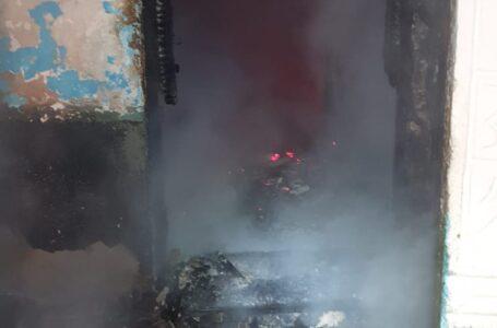 O casă din Borlești, distrusă de un incendiu. Proprietarul a suferit arsuri.