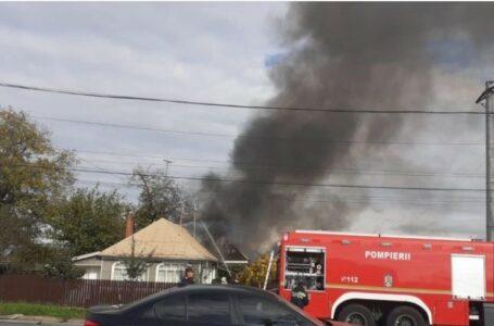 Incendiu la o gospodărie din Dumbrava Roșie! Zece butelii cu gaz – în apropierea flăcărilor!