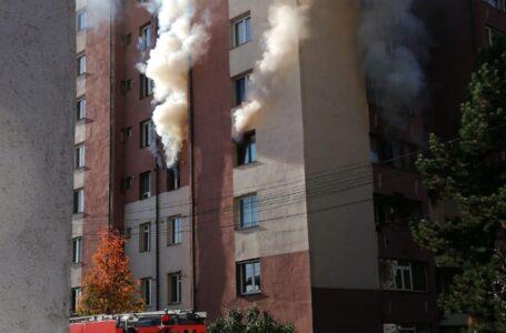 Doi copii au incendiat un apartament din Piatra-Neamț! Mama lor a suferit arsuri! Zeci de oameni s-au autoevacuat!