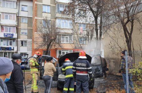 O mașină a ars ca o torță într-o parcare din Piatra-Neamț! Incendiul s-a extins la o altă mașină!