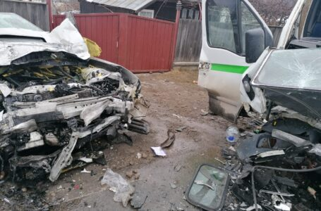 Accident rutier cu 3 persoane încarcerate pe DN 15B la Vânători-Neamț
