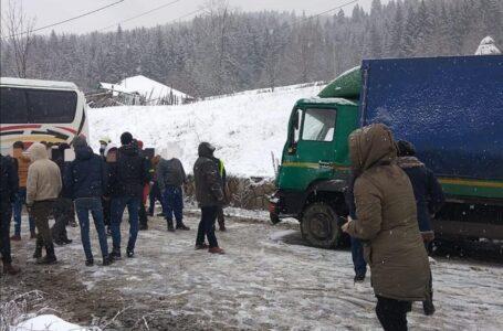 UPDATE Drumul național DN15B este blocat la Pipirig! Un autobuz a derapat și a blocat carosabilul.