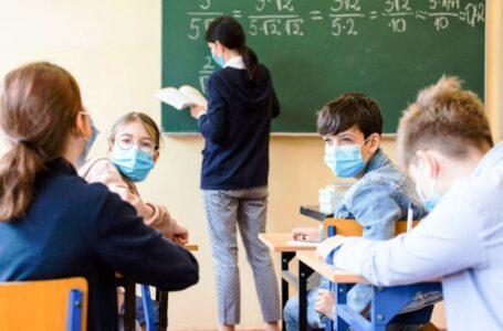 Cum începe semestrul al doilea: masca purtată în permanență, distanța de un metru, ușa deschisă la clase (document)