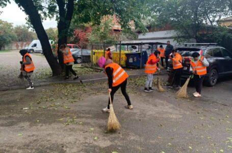 Zeci de asistaţi social din Piatra-Neamț, şcoşi la curăţenie de primarul Carabelea