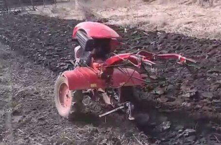 Bărbat din Neamţ, grav rănit după ce a fost prins sub un motocultor