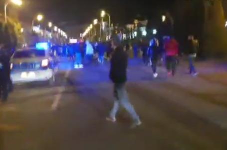 """Protest la Piatra-Neamţ: """"Să dăm foc la benzinărie!"""". Ambulanţă blocată în trafic! Participanţii sunt căutaţi de Poliţie!"""