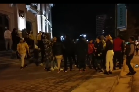 Protest pe ritm de pocnitori şi manele, la Piatra-Neamţ