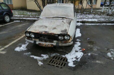 Amplă acţiune de ridicare a rablelor din Piatra-Neamţ. Se estimează că ar fi 400 maşini abandonate.