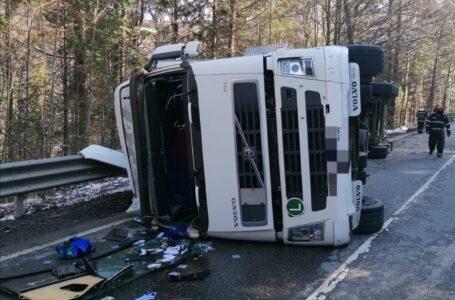 TIR răsturnat la Pipirig. Şoferul rănit, traficul restricţionat pe o bandă.