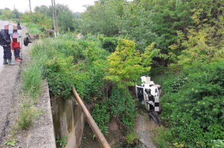 Accident spectaculos în Neamţ. A plonjat cu maşina 4 metri într-o râpă.