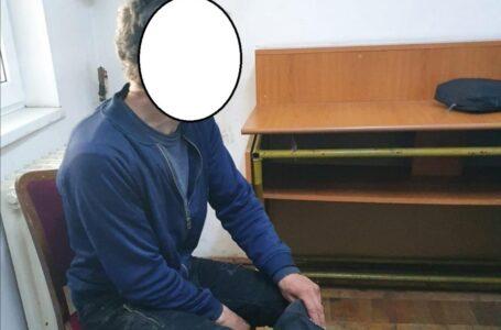 Bărbat din Piatra-Neamţ, surprins când consuma carnea crudă pe care a furat-o din piaţă