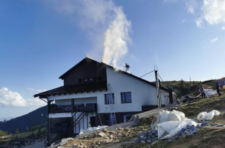 ALERTĂ – Arde cabana Dochia din masivul Ceahlău